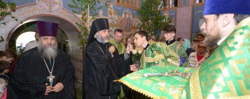 В праздник Святой Троицы Преосвященнейший епископ Николай совершил Литургию в Свято-Троицком храме Ишимбая